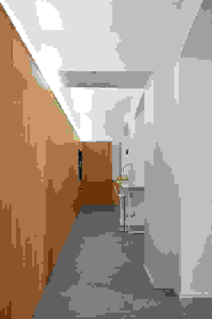 Pasillos, vestíbulos y escaleras modernos de studioata Moderno