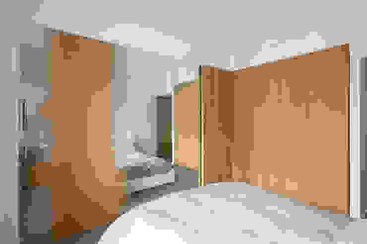 Dormitorios modernos: Ideas, imágenes y decoración de studioata Moderno