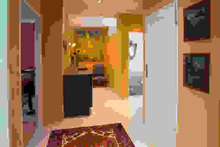 Foyer mit Küche - Künstleratelier Flur, Diele & Treppenhaus von Elke Altenberger Interior Design & Consulting