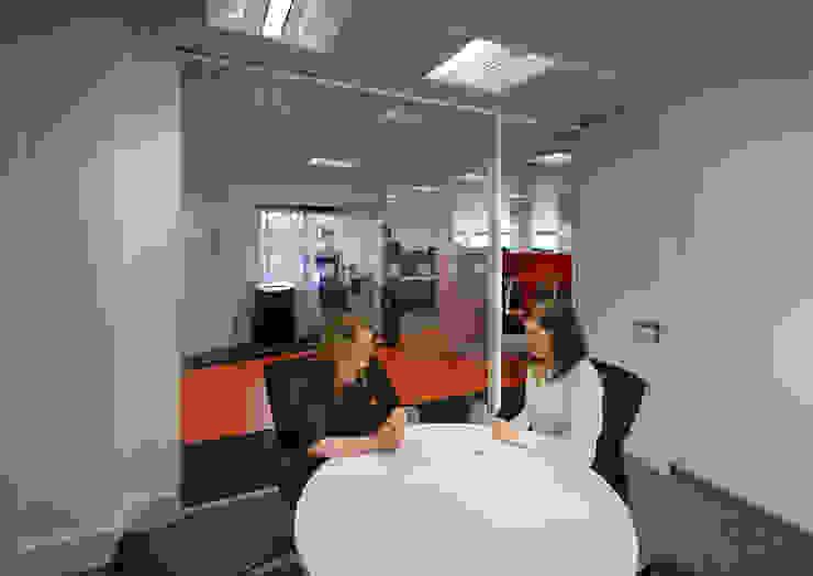 Calastone (fund industry)—London Headquarters Modern office buildings by ÜberRaum Architects Modern