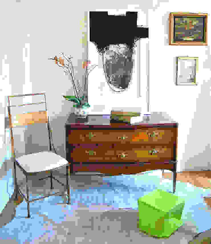 Rincón con encanto Pasillos, vestíbulos y escaleras de estilo clásico de Ines Benavides Clásico