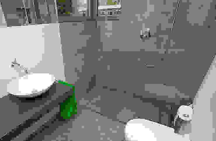 bodengleiche Dusche: modern  von baqua GmbH  Manufaktur für Bäder,Modern
