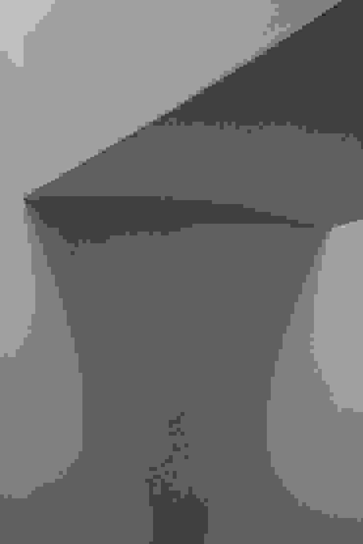 Pasillos, vestíbulos y escaleras de estilo moderno de manuarino_architettura+design Moderno