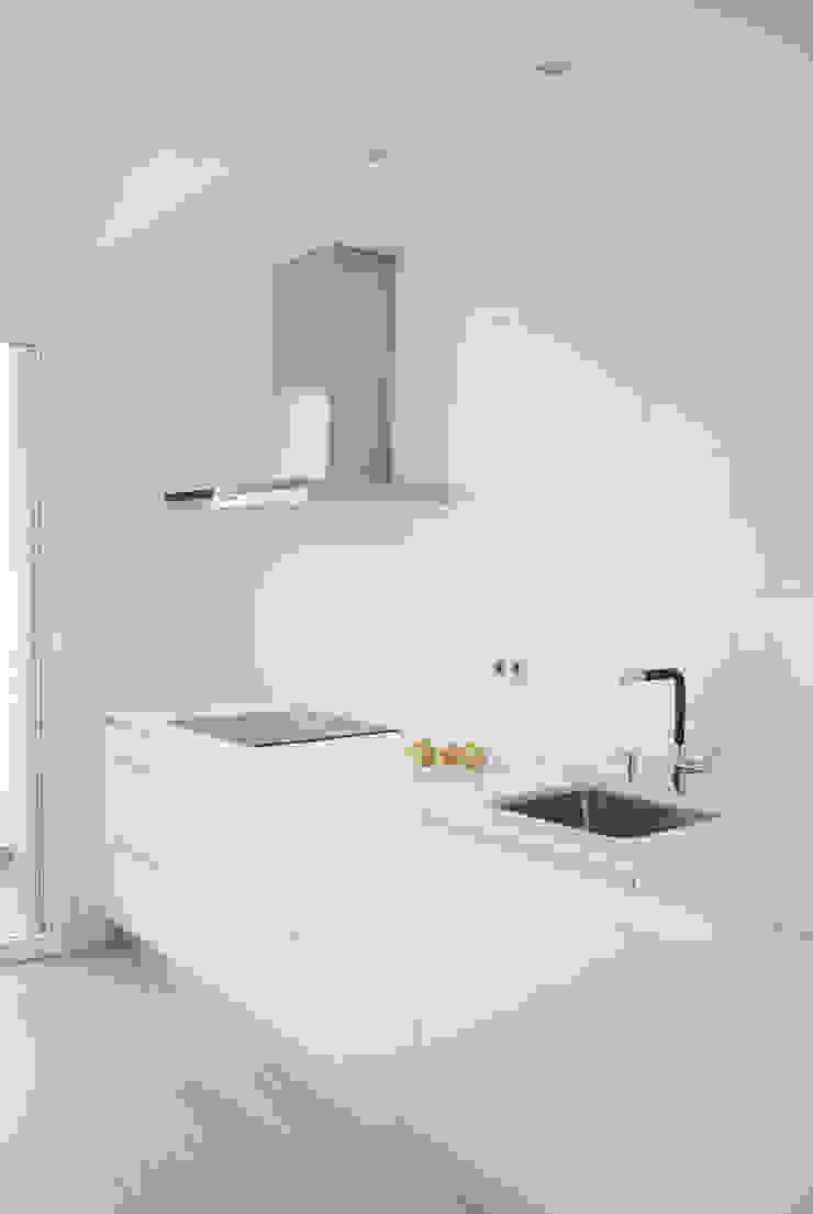 Piso de 67m2 Cocinas de estilo moderno de Interior03 Moderno