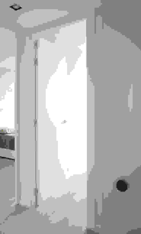 Piso de 67m2 Pasillos, vestíbulos y escaleras de estilo moderno de Interior03 Moderno