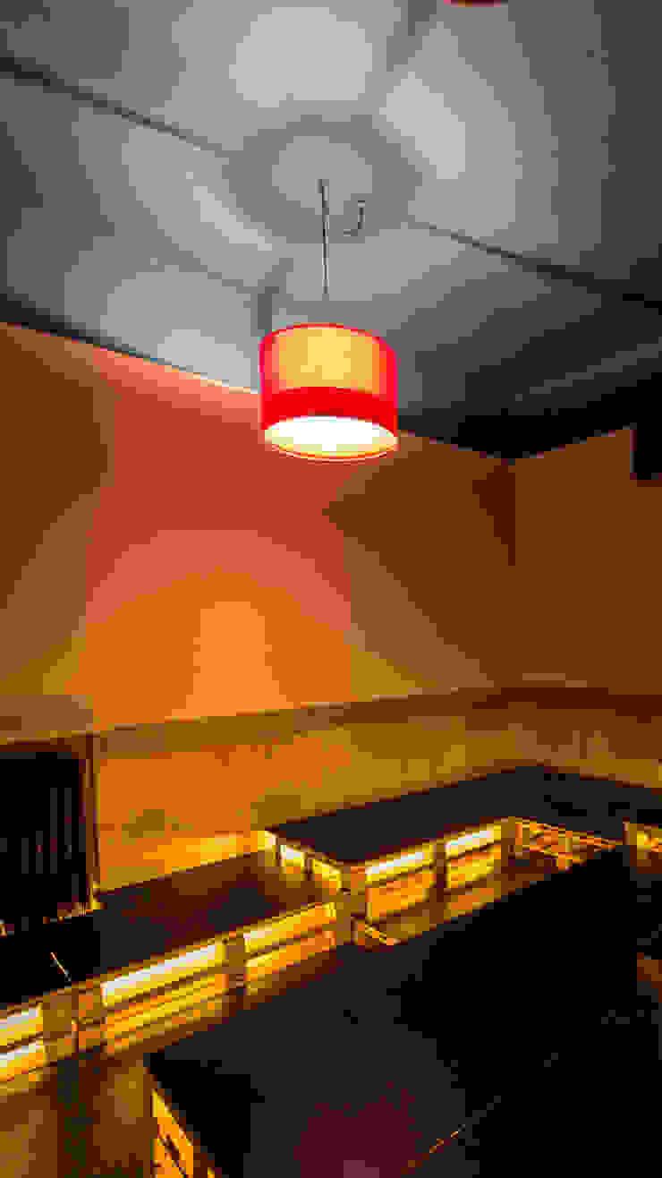 Eklektyczny salon od davide pavanello _ spazi forme segni visioni Eklektyczny