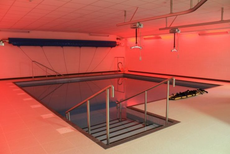 ​Advanced Hydrotherapy School Pool Sekolah Modern Oleh London Swimming Pool Company Modern