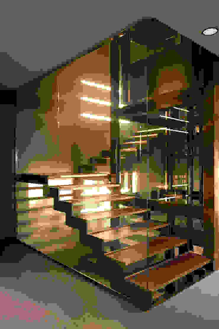 Nero Mediterraneo Ingresso, Corridoio & Scale in stile mediterraneo di Cannata&Partners Lighting Design Mediterraneo