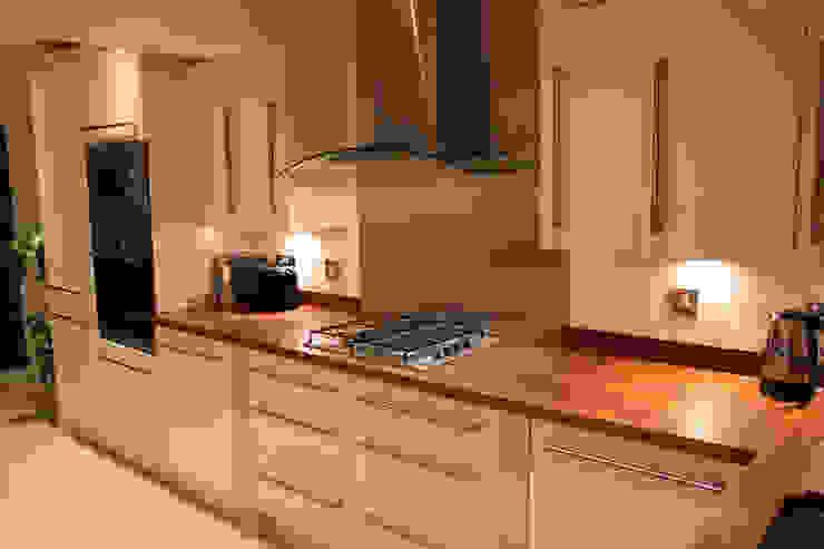 Gloss cream kitchen Modern kitchen by Hallmark Kitchen Designs Modern