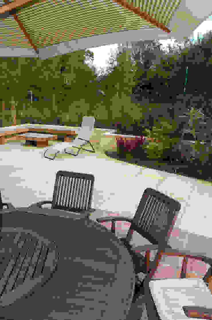 Modern Family garden in Essex Modern garden by Earth Designs Modern