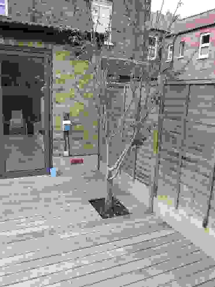 Modern Family garden in North London โดย Earth Designs โมเดิร์น