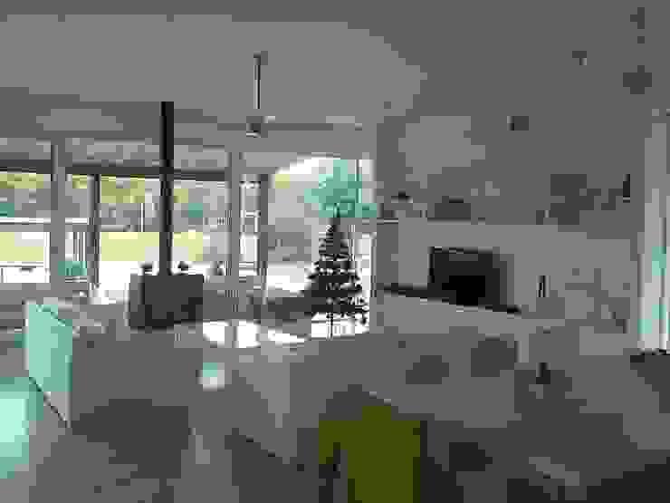 Casa en el Delta Livings modernos: Ideas, imágenes y decoración de 2424 ARQUITECTURA Moderno