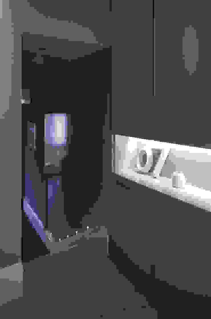 Notting Hill LEIVARS Modern corridor, hallway & stairs