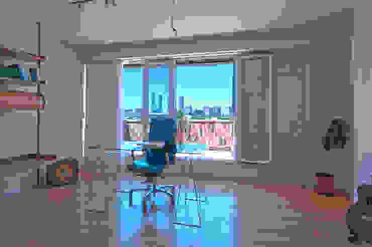 Imprerionantes vistas a las torres de Madrid Estudios y despachos de estilo moderno de Apersonal Moderno