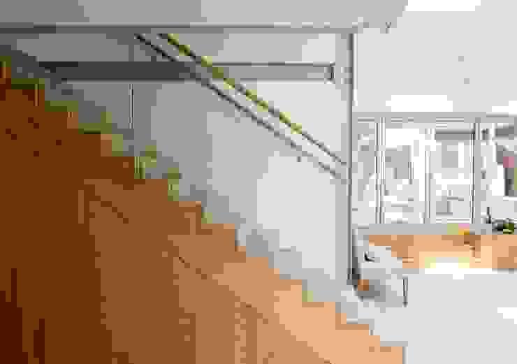 Heydons Close Modern corridor, hallway & stairs by IQ Glass UK Modern