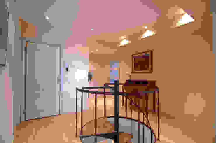Madera y luz Pasillos, vestíbulos y escaleras de estilo clásico de Apersonal Clásico