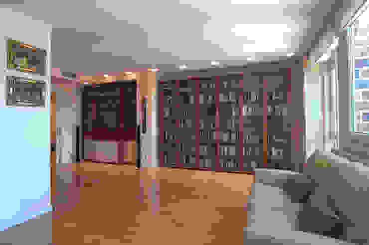 Libros y luz Salones de estilo clásico de Apersonal Clásico