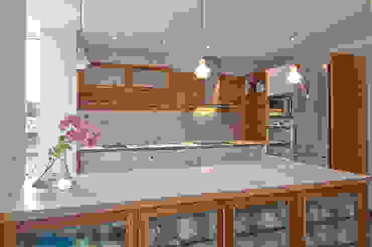 Madera Acero y blanco Cocinas de estilo clásico de Apersonal Clásico