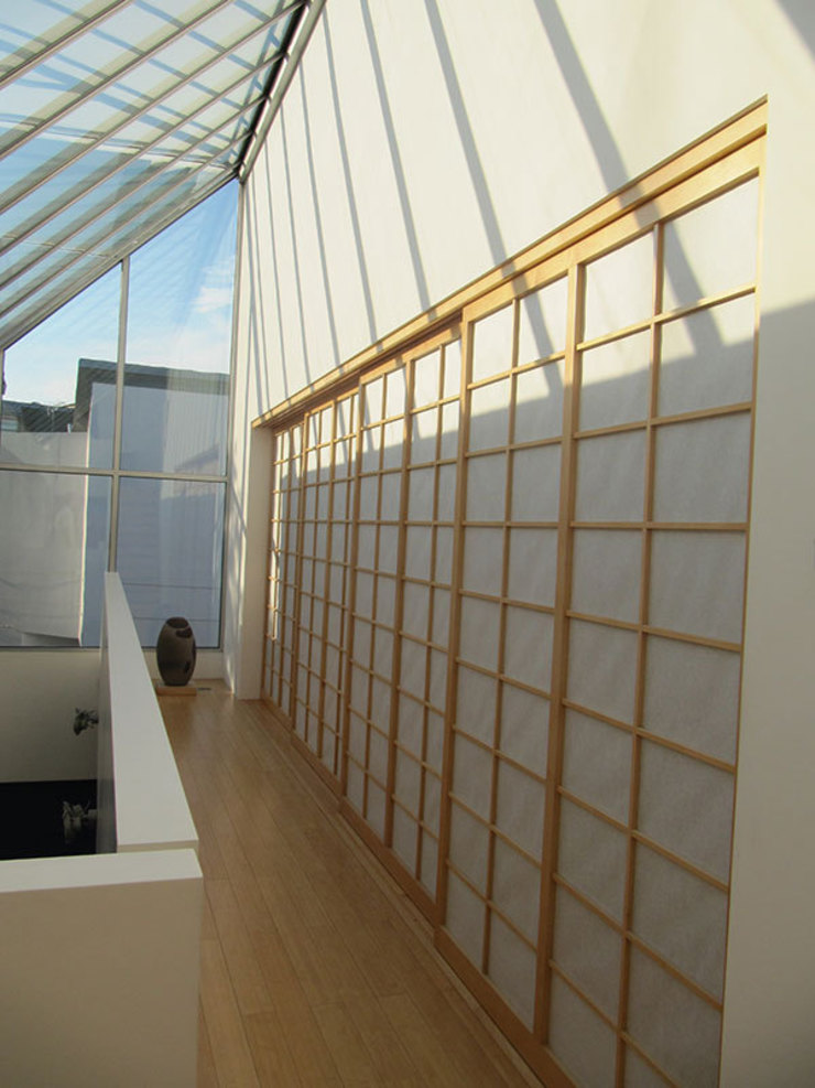 The gallery and Japanese screens Modern corridor, hallway & stairs by 4D Studio Architects and Interior Designers Modern