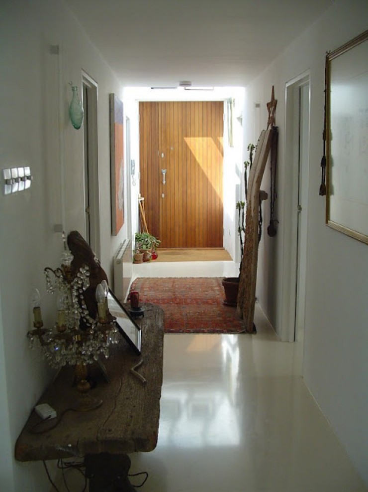 Entrance hall with top-light Modern corridor, hallway & stairs by 4D Studio Architects and Interior Designers Modern
