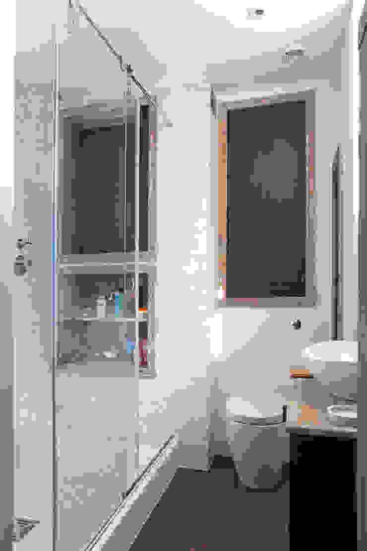 Bathroom Modern bathroom by Prestige Architects By Marco Braghiroli Modern