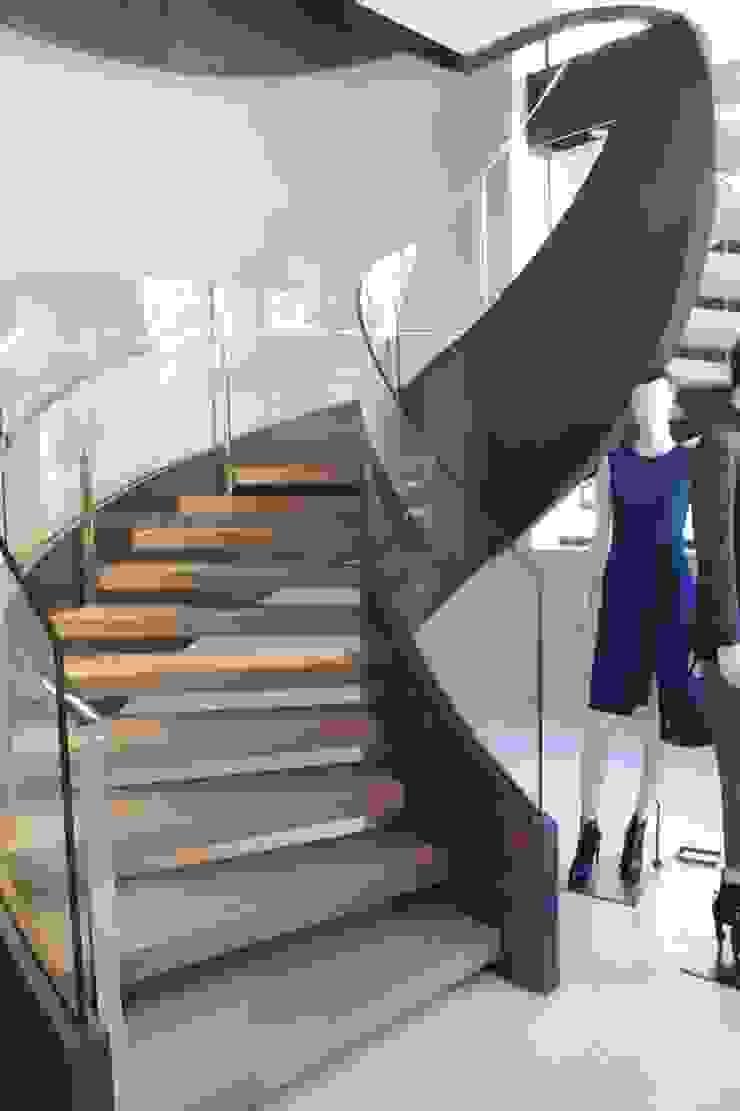 Scala elicoidale negozio Max Mara realizzata da NIVA-line Spazi commerciali moderni di Ni.va. Srl Moderno