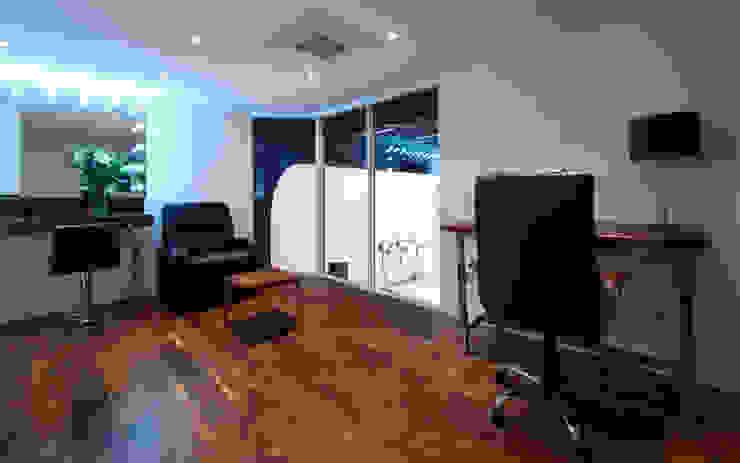 Par Royal Studios - Green Room Modern dressing room by Amorphous Design Ltd Modern