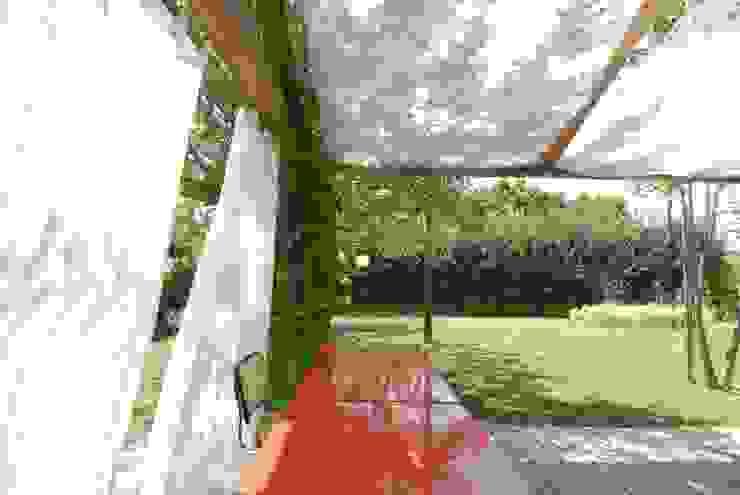 Casa di legno a Silea Balcone, Veranda & Terrazza in stile moderno di mmpstudio Moderno