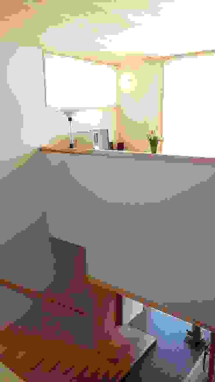 焼き杉と墨入り漆喰と鉄人28号の棟飾りでリノベイト オリジナルスタイルの 玄関&廊下&階段 の T設計室一級建築士事務所/tsekkei オリジナル