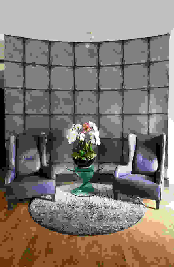 Nightingale Decor, Hollywood Hills Pasillos, vestíbulos y escaleras modernos de Erika Winters® Design Moderno