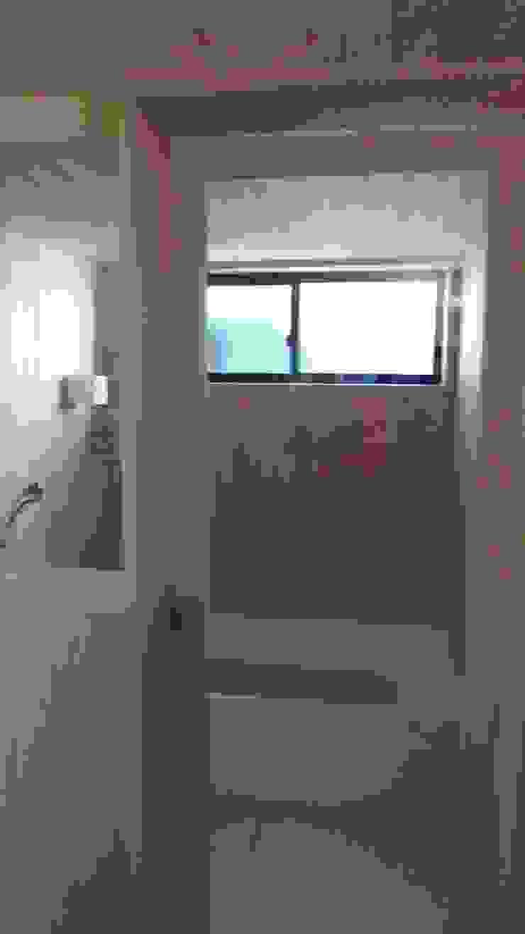 焼き杉と墨入り漆喰と鉄人28号の棟飾りでリノベイト オリジナルスタイルの お風呂 の T設計室一級建築士事務所/tsekkei オリジナル