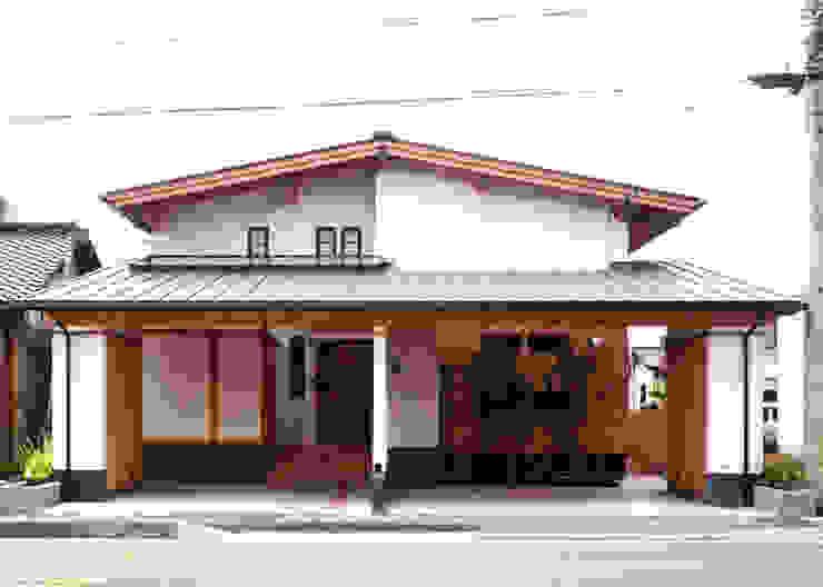 インナーガレージで分ける二世帯 クラシカルな 家 の T設計室一級建築士事務所/tsekkei クラシック 木 木目調