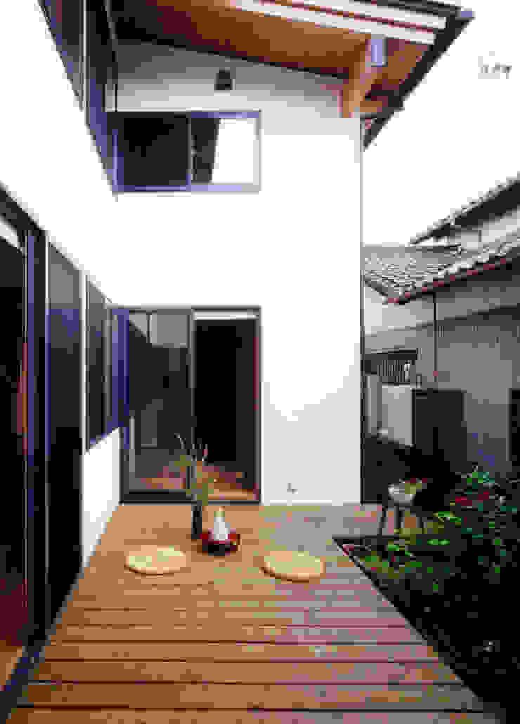 家のすべての部屋から見える中庭 クラシカルな 庭 の T設計室一級建築士事務所/tsekkei クラシック 木 木目調