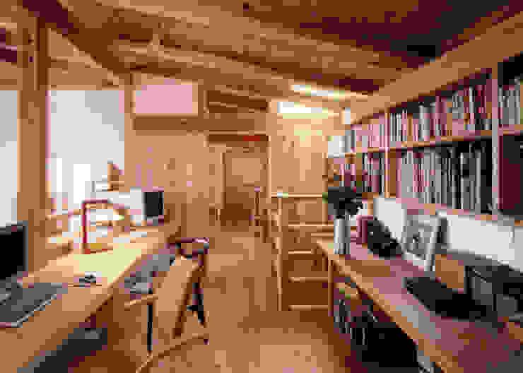 吹き抜けに面した書斎 T設計室一級建築士事務所/tsekkei クラシックデザインの 多目的室