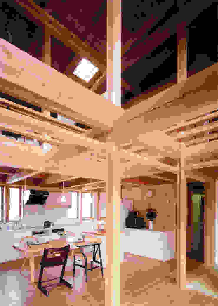 梁が飛びかうダイニング クラシックデザインの 多目的室 の T設計室一級建築士事務所/tsekkei クラシック