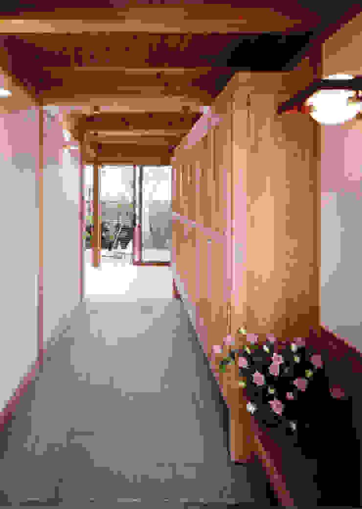 段差のバリアーフリーのない玄関 クラシカルスタイルの 玄関&廊下&階段 の T設計室一級建築士事務所/tsekkei クラシック 木 木目調