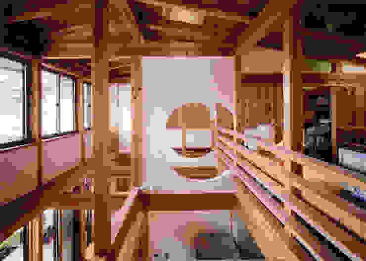 二世帯が繋がる玄関 クラシカルスタイルの 玄関&廊下&階段 の T設計室一級建築士事務所/tsekkei クラシック 木 木目調