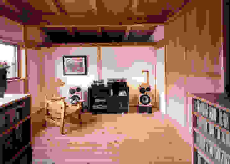漆喰と木のオーディオルーム クラシックデザインの 多目的室 の T設計室一級建築士事務所/tsekkei クラシック 木 木目調
