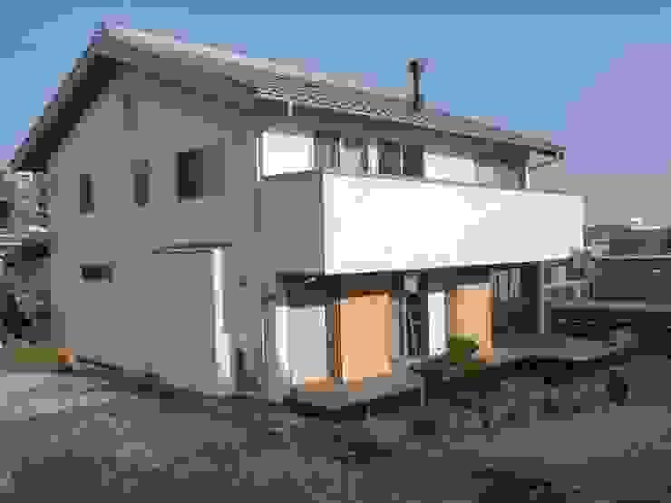 薪ストーブが吹き抜けの中心になる オリジナルな 家 の T設計室一級建築士事務所/tsekkei オリジナル 木 木目調