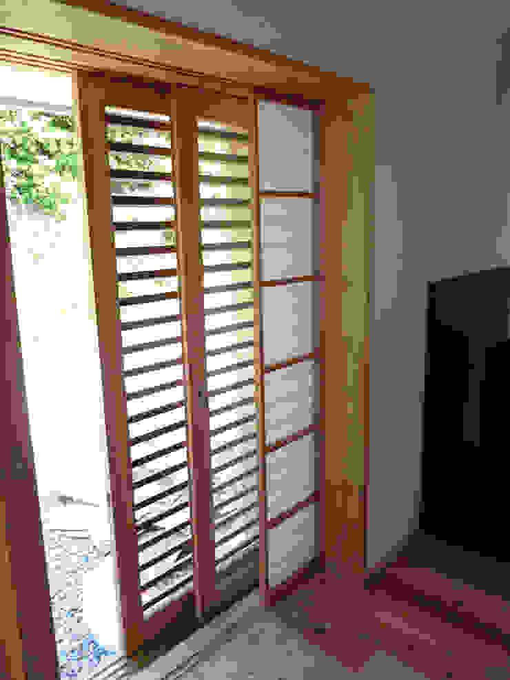 網戸と框戸と障子が壁の中にはいる オリジナルな 窓&ドア の T設計室一級建築士事務所/tsekkei オリジナル