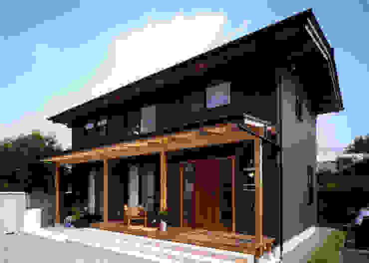 庭に開く、棟もち柱の家 オリジナルな 家 の T設計室一級建築士事務所/tsekkei オリジナル