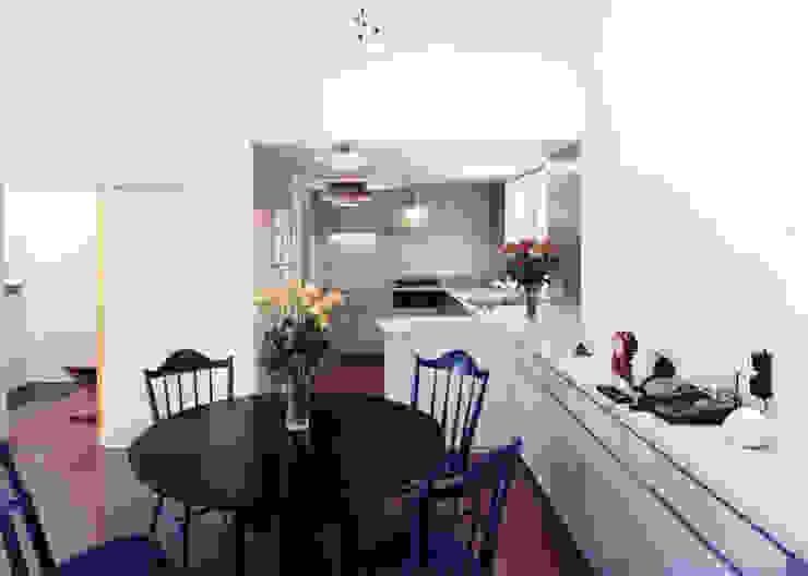台所と食堂と居間が一直線にならぶ モダンな キッチン の T設計室一級建築士事務所/tsekkei モダン