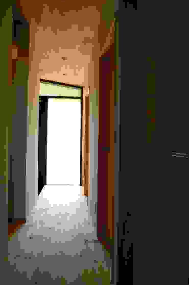 高野建築 Ingresso, Corridoio & Scale in stile moderno