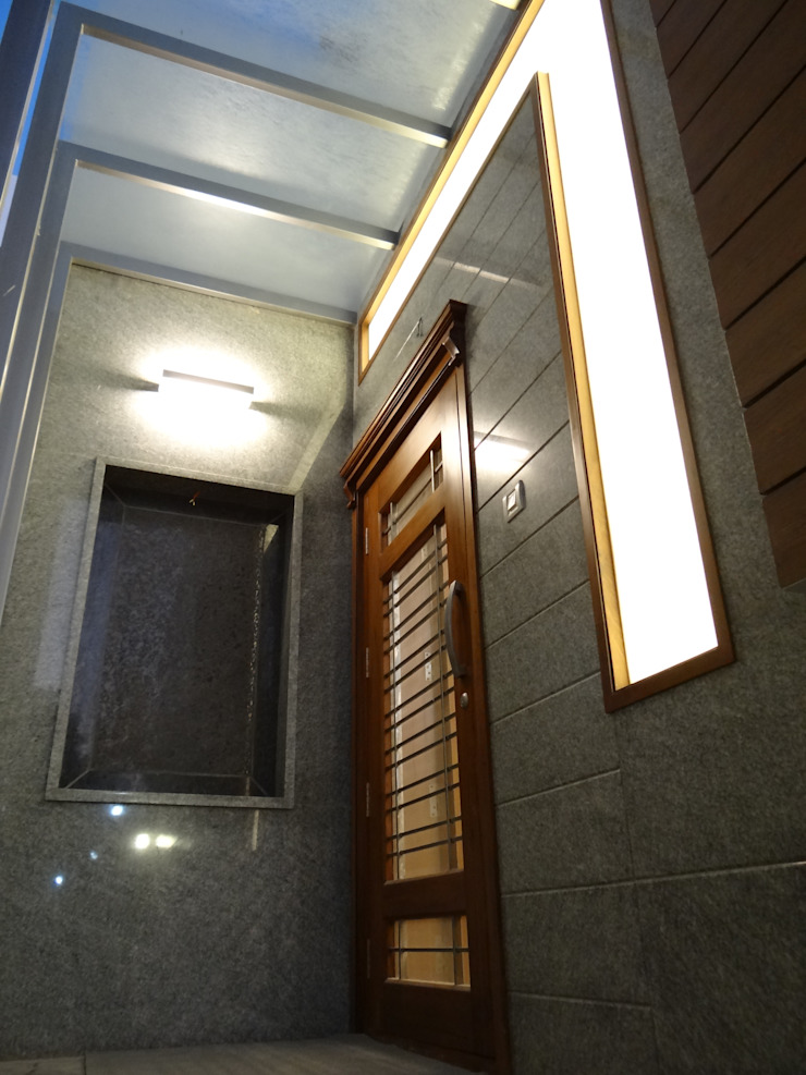 Entrance Door Modern balcony, veranda & terrace by Hasta architects Modern