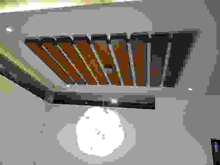 Pasillos, vestíbulos y escaleras modernos de Hasta architects Moderno