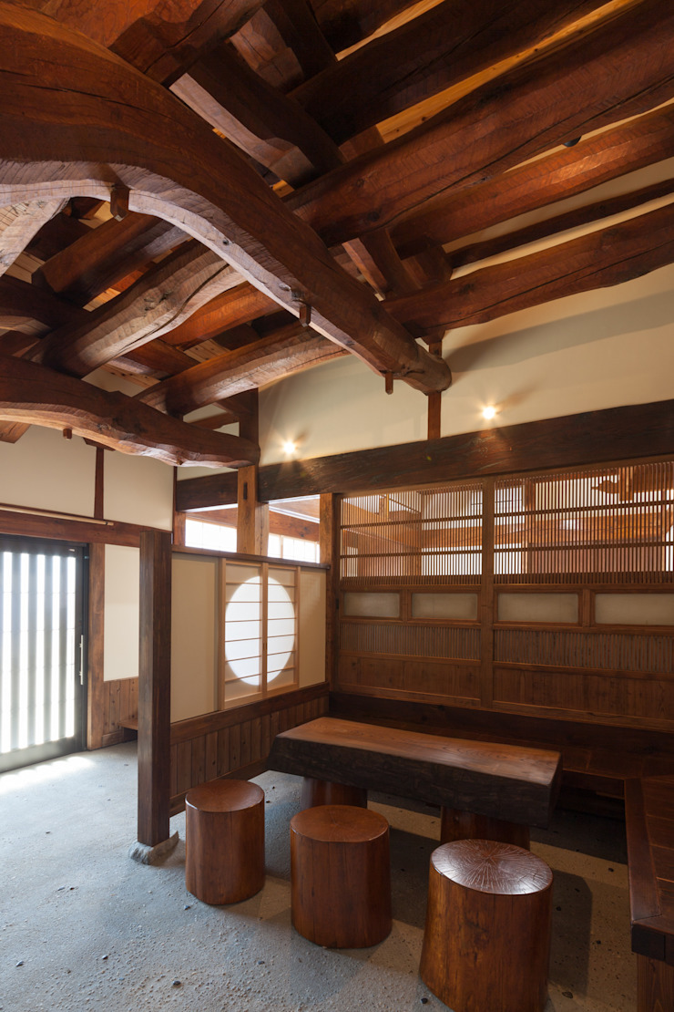 手斧削りの美し い梁組み クラシックデザインの 多目的室 の 吉田建築計画事務所 クラシック