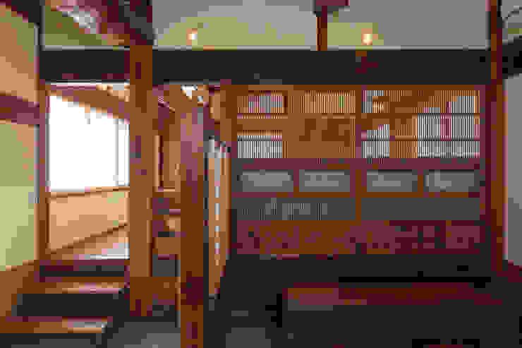 生業と共に刻まれた歴史、手斧削りの美しい梁組み: 吉田建築計画事務所が手掛けたクラシックです。,クラシック