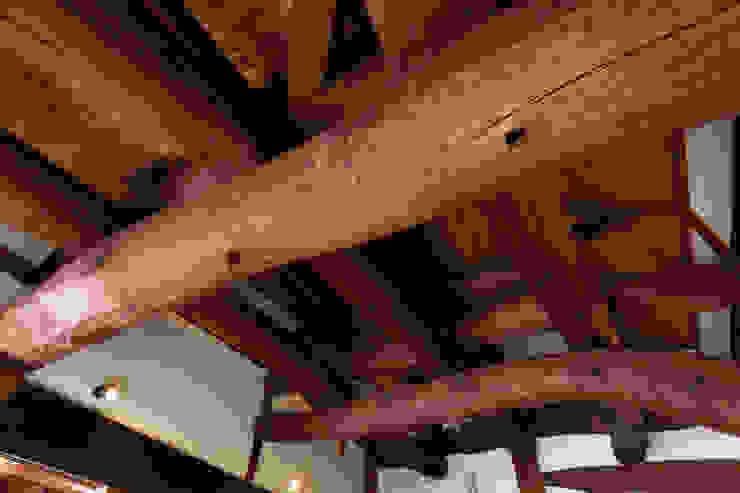 生業と共に刻まれた歴史、手斧削りの美しい梁組み クラシックデザインの 多目的室 の 吉田建築計画事務所 クラシック