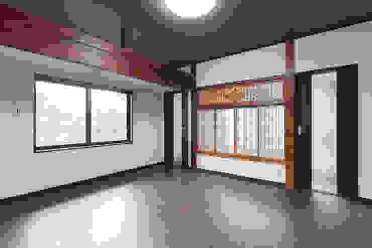 生業と共に刻まれた歴史、手斧削りの美しい梁組み クラシックデザインの リビング の 吉田建築計画事務所 クラシック