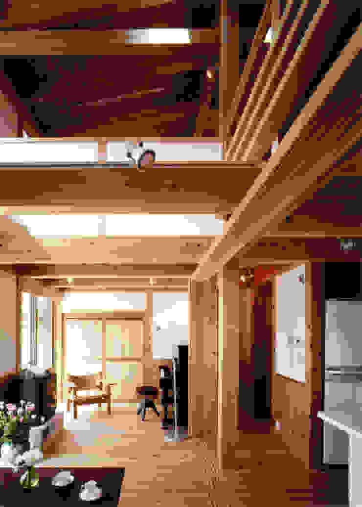 庭に開く、棟もち柱の家 オリジナルデザインの リビング の T設計室一級建築士事務所/tsekkei オリジナル